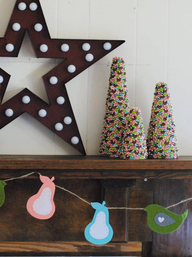 San Antonio lifestyle blogger, Cris Stone, had a fun Christmas decorating scheme and made a cute felthandmade partridge and pears garland for the holidays!